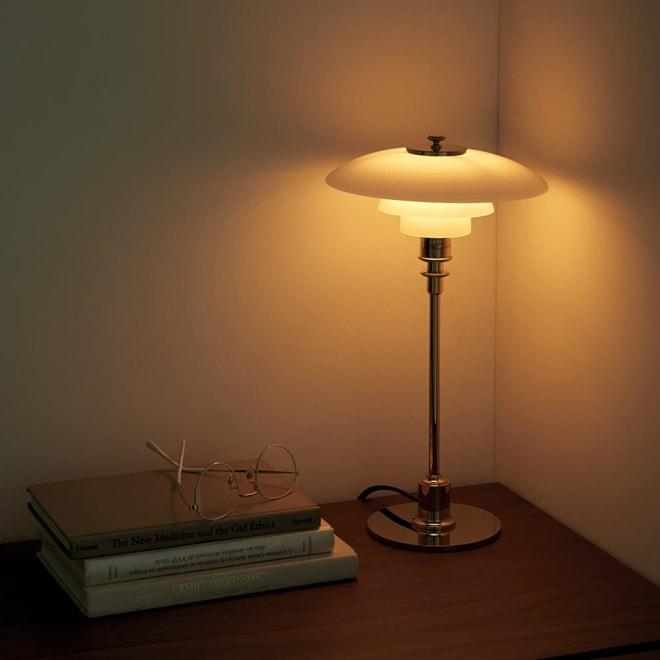 テーブルライト・デスクライト PH 2/1[Louis Poulsen・ルイスポールセン/デザイン:ポール・ヘニングセン] 小さいながらも光は秀逸。壁に光を当てることでより明るく感じさせるテクニックも。
