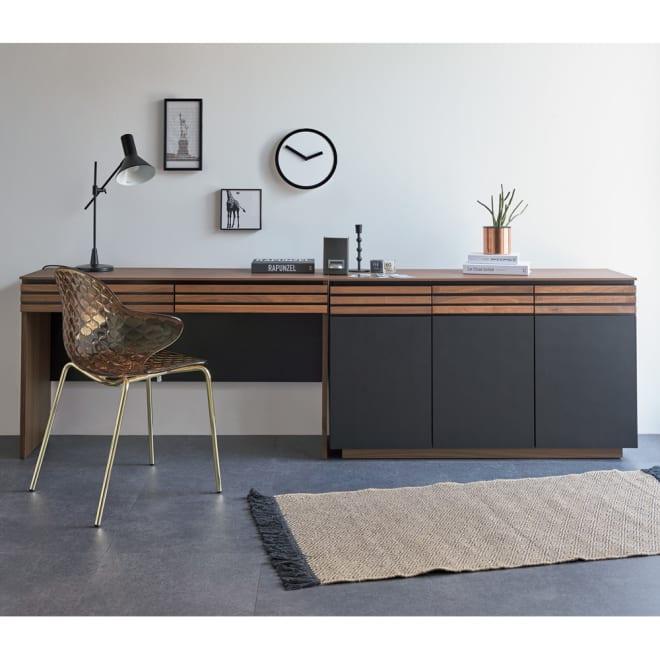 Alus Style/アルススタイル コンパクトホームオフィス デスク 幅120.5cm 使用イメージ ウォルナットの無垢材と、ブラックレザー調の素材の組み合わせが魅力。