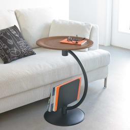 ブックラックソファサイドテーブル 天然木を使用した天板とブラックスチールの組み合わせがモダンな印象。