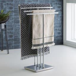 オールステンレス製 バスタオルタオルハンガー 奥行きスリム 4連 狭い洗面所におすすめの、奥行きスリムな省スペースタイプのタオルハンガー。ベースが重く安定感があります。