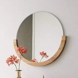 MIRA/ミラ 壁掛けミラー・ウォールミラー 小サイズ径56cm[umbra・アンブラ] シンプルさと個性を併せ持つ、無垢材の木目が美しい壁掛けミラーです。