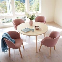 Ridge/リッジ ダイニングセット 天然木丸テーブル5点セット テーブル直径110cm コーディネート例(ア)ピンク  丸型テーブルは、サイズ感がコンパクトでも、角がないので大人数でゆったり座ることができます。