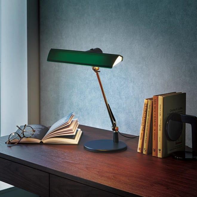 Ilumina/イルミナ デスクライト 手元を明るく照らしてくれるデスクライト。シェードが大きいので広範囲を照らしてくれます。