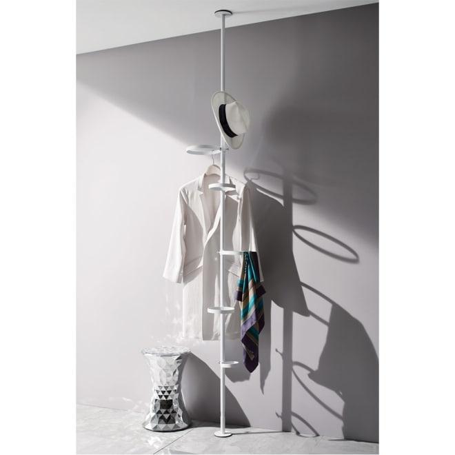 Euphy/ユフィ つっぱりハンガーラック サークル型 ホワイト  ハンガーにかけた洋服や、帽子、スカーフ、ベルトなどを飾るように収納できます。