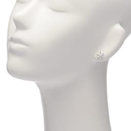 K18WG 0.6ct バゲットダイヤ ピアス 着用例