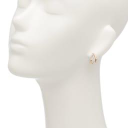 K18 0.5ctダイヤ デザイン ピアス 着用例