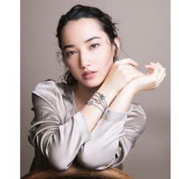 K18 1ctダイヤ アニマルモチーフ ブレスレット (ア)WG コーディネート例 /自分らしいスタイルを楽しむ余裕を感じさせる、モチーフブレスの大胆な重ね着け。個性豊かな輝きが響き合い、オリジナルな装いを演出。