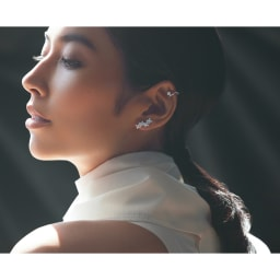 K18 0.2ctダイヤ イヤーカフ(片耳) コーディネート例 /小花のダイヤピアスと一粒ダイヤのイヤーカフを重ね着け。顔の角度や光の受け方で表情豊かに煌めいて。