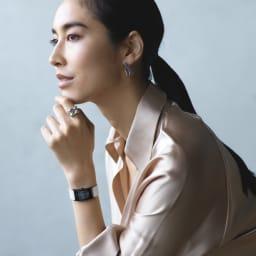 UNOAERRE/ウノアエレ SV デザイン リング コーディネート例 /時計とジュエリーのクリーンな美しさが響き合い、洗練されたスタイルを感じさせます。