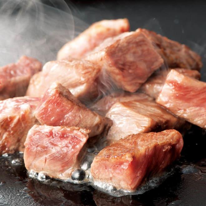 登起波 米沢牛サイコロステーキ (150g×3袋) 【調理例】 鉄板の上で焼いて塩、コショウで味付けしてお召し上がりください。 ※必ず火を通してお召し上がりください。