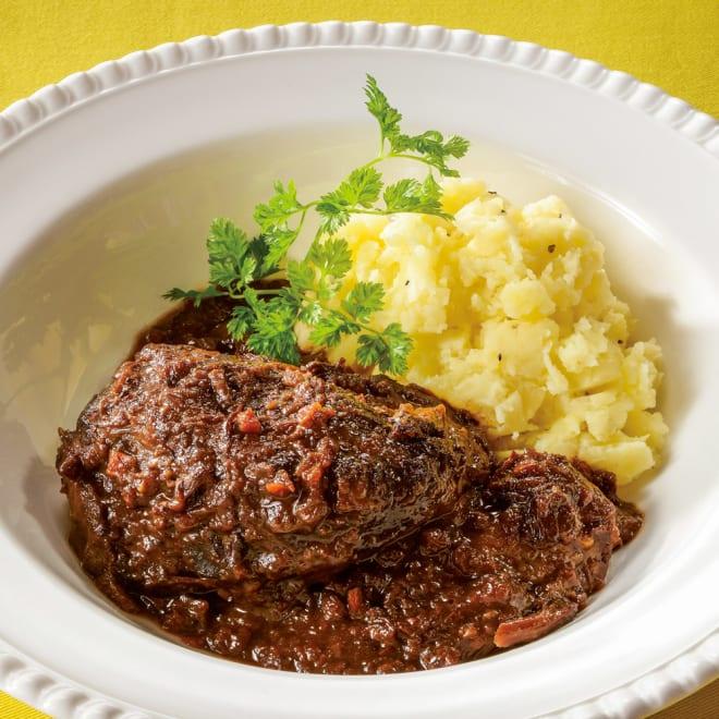 「マルディ  グラ」  牛ホホ肉の赤ワイン煮 (200g×2パック) 【通常お届け】 盛り付け例:ボリューム満点の牛ホホ肉を、野菜やハーブとたっぷりの赤ワインで煮込み、肉の持つ滋味を惜しみなく引き出したコクのある味わい。
