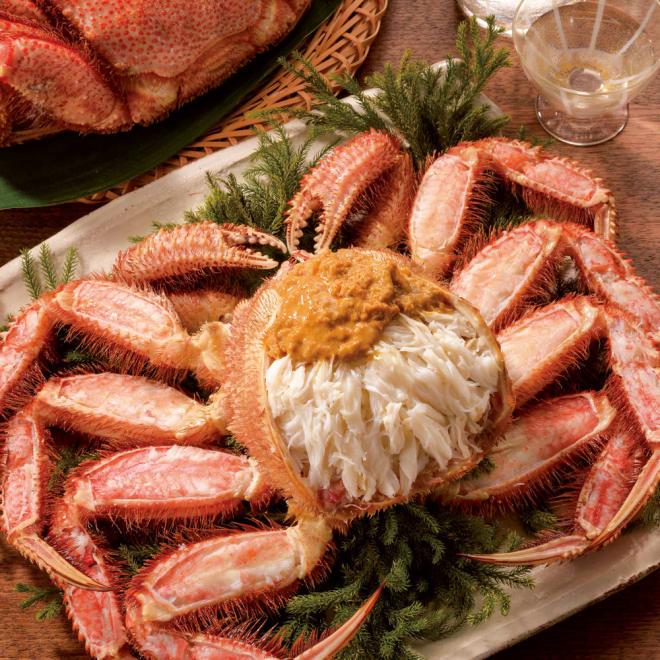 北海道産 長生き毛蟹 (約800g) 【盛り付け例】旨みたっぷりの旬の毛蟹。約800gの迫力!殻の中は身がぎっしりです。解凍して殻を剥いてお召し上がりください。