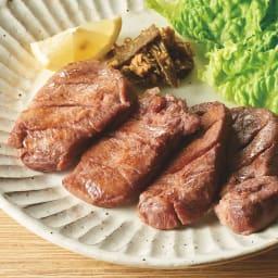「味の牛たん喜助(きすけ)」 牛たん(しお味) (110g×3パック) 【盛り付け例】 牛たん仕込みのベテラン職人が丁寧に下処理を行い、肉の状態をしっかり見極めながら手ぶりで赤穂の焼き塩などで味付けしました。