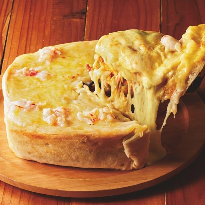 チーズたっぷり!海老のシカゴピザ (直径約18cm×高さ約5cm) 【盛り付け例】とろ~ととろけるチーズとたっぷりの具材をお楽しみいただけます。