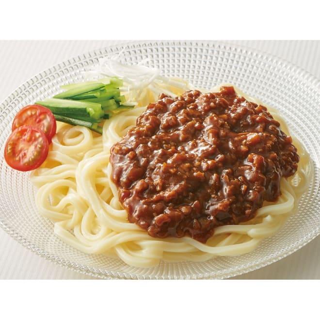 具っと便利!ジャージャー麺 (計10食) 【盛り付け例】 豆板醤の辛味が程よくきいた具と北海道小麦の細うどんセット。