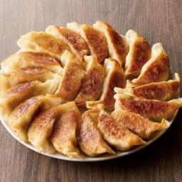 「龍胆」 総料理長監修 野菜たっぷり餃子 (20g×120個) 盛り付け例。何もつけなくてもそのままで美味しい。皮や餡の美味しさを楽しめるジューシーな餃子です。