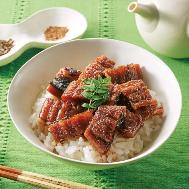 うなぎ割烹みかわ 「三水亭」 炭火手焼き うなぎまぶし丼 (4袋) 【通常お届け】 【盛り付け例】うな丼で味わった後、添付のだしをかけてお茶漬けに。