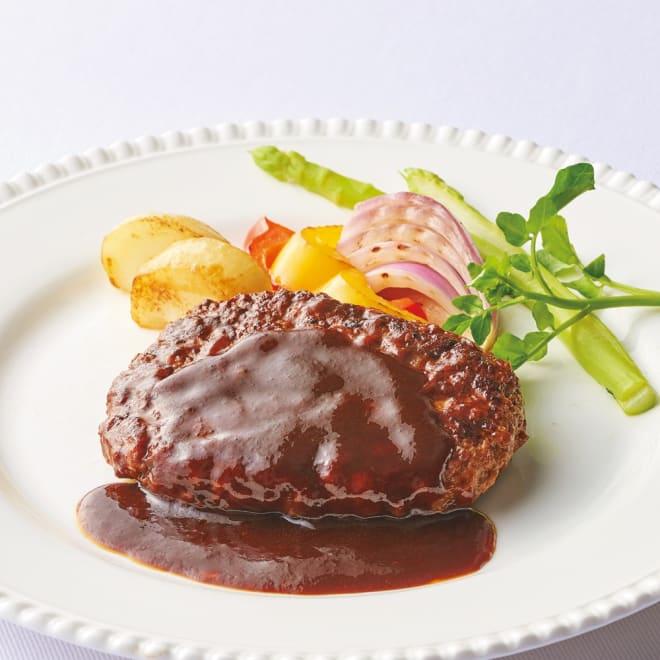 坂井宏行シェフ監修デミグラスハンバーグ (145g×10個) 【通常お届け】 【盛り付け例】 しっかりと焼き目をつけているので、中にお肉の旨みを閉じ込めたハンバーグ。