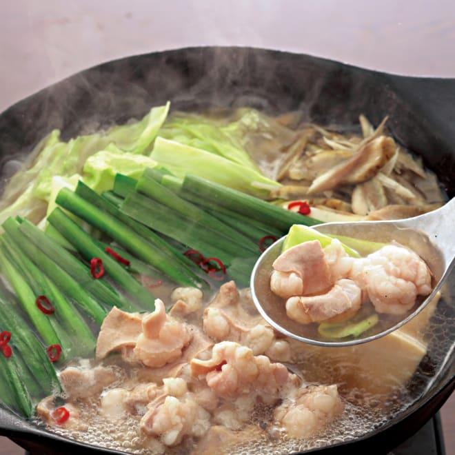「蟻月」もつ鍋セット 銀のもつ鍋(塩・黒こしょう味)  2~3人前 上質なコラーゲンを含んだ牛テールスープが、シンプルな塩味と素材の旨みを引き立てています。