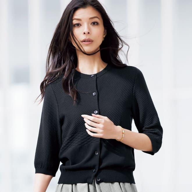 フェルガナコットン 柄編み 五分袖 カーディガン (ア)ブラック 着用例