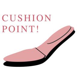 カラーコンビ パンプス 【ピンクの部分がクッションポイント】前半分に2mm厚低反撥クッション、後ろ半分に2mm厚クッションを敷き、踵にはさらに2mm厚を重ねて履き心地を強化。