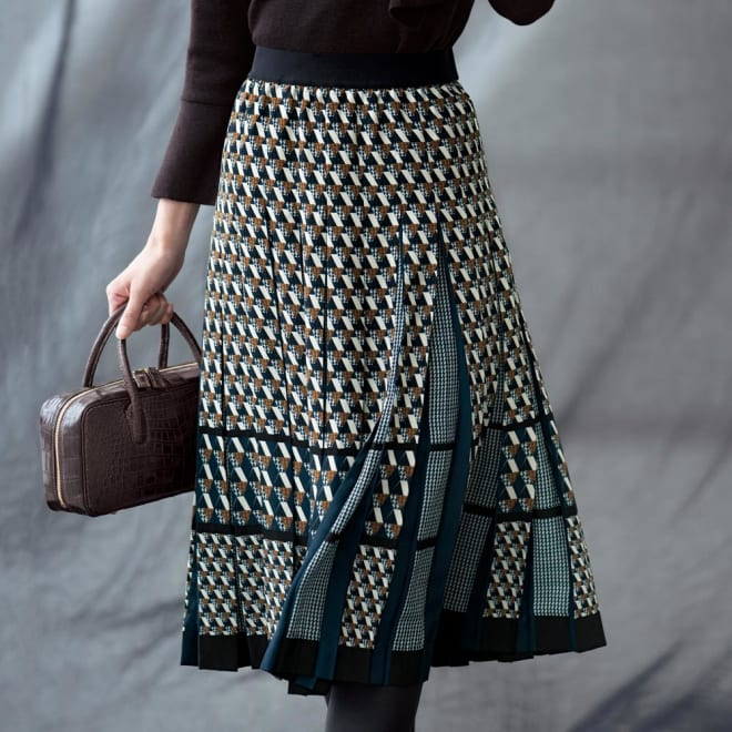 幾何学柄 プリーツ スカート 着用例