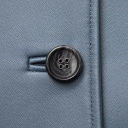 トルコ産 ラムナッパ デザインコート (ア)グレイッシュネイビー ボタン部分