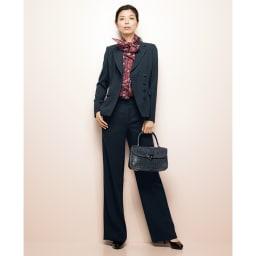 フランス素材 シルクモスリン 変形ボウタイ ブラウス コーディネート例 /端正スーツ×華やぎブラウスで奥深い洗練を表現。オフィシャルオケージョンで、称賛の視線を集める着こなしを後押しします。