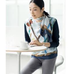 シルクツイル プリント スカーフ コーディネート例 /同柄のプルオーバーと一緒に纏えば、更なる着映えと特別感が手に入ります。