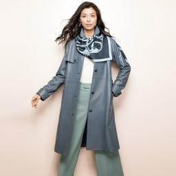 トルコ産 ラムナッパ デザインコート (ア)グレイッシュネイビー コーディネート例 /レザーのコートに配色使いの大判スカーフを合わせた、大人の女性ならではのスタイリング。