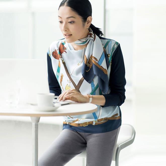 シルクツイル プリント ニット切り替え プルオーバー コーディネート例 /同じ柄の大判スカーフを襟元に巻けば、更なる着映えと特別感が手に入ります。