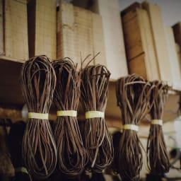 宮本工芸 山葡萄の籠バッグ 職人さんの作業場には皮切りで1本ずつ整えられた皮(=網ひご)と、年季の入った手作りの木型が並びます。