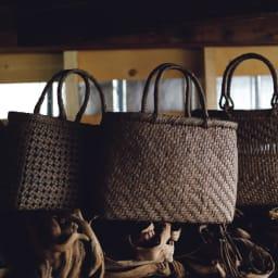 宮本工芸 山葡萄の籠バッグ 宮本社長が「大量生産は100%無理」という山葡萄の蔓バッグ。編み目の緻密さは、ものとしての素晴らしさや価格にも関わると言います。