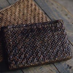 宮本工芸 山葡萄の籠バッグ 初代社長が編んだ書類バッグを2代目の一志さんが引き継いで28年目。黒光の表情が風格を感じさせます。