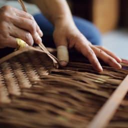 宮本工芸 山葡萄の籠バッグ 縦横に2本ずつ交差させながら編み上げる伝統的な網代編み。皮が乾くと縮むため、霧吹きで湿らせ、手と千枚通しで隙間なく詰めながらぎゅっと編んでいきます。
