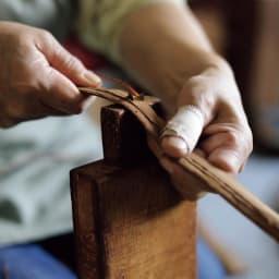 宮本工芸 山葡萄の籠バッグ 水につけて湿らせた皮を、5~7mmmp幅にカットしていく皮切り作業。均一幅にまっすぐ切るのは熟練職人のなせる技。