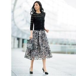 強撚糸使い 透かし編み ボーダー カーディガン (ア)ブラック コーディネート例 /カーディガン+フレアースカートの王道コーディネートは、透ける素材で涼やかに。
