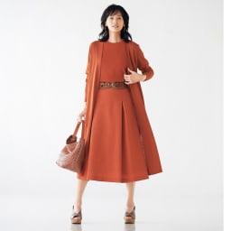 「NIKKE」 ウールリネン トロピカル フレアースカート コーディネート例 /異素材を同じ色味で揃えることで新鮮さをアピール。ベルトを合わせて、ワンピース見え。