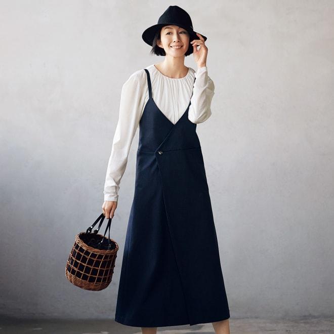 「NIKKE」 ハイゲージコットン スムースジャージー ジャンパースカート コーディネート例 /デザインプルオーバーと重ねることで本来のカジュアルなイメージを覆す、ワンランク上の着こなしが完成。
