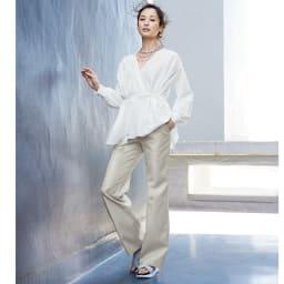 コットンシルク 刺繍入り 2WAY ブラウス コーディネート例 /かっこよさも女性らしさも叶えるホワイト・トーンの魔法。知性も華もモード感もあるトップス&パンツスタイル。