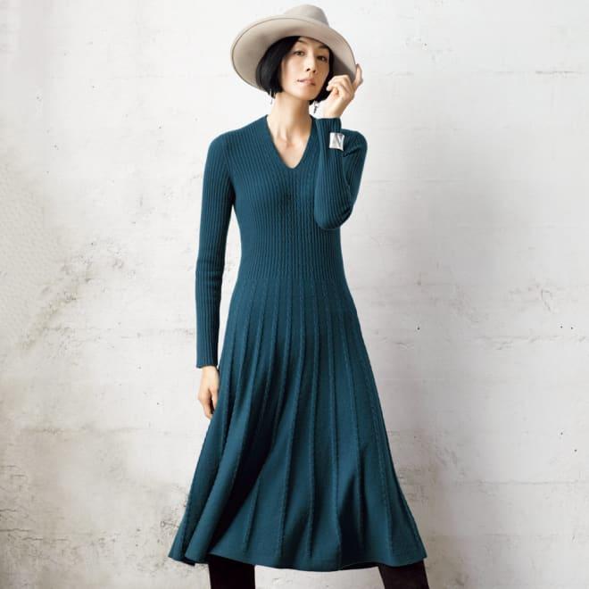 カシミヤ ケーブル編み使い フレアーワンピース 着用例