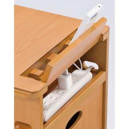 多機能ソファサイドリビングワゴンテーブル 天板後部は携帯電話を立て掛けて充電。コンセントタップが収納できます。