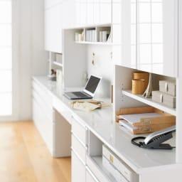 あこがれの書斎スペースを現実にする壁面収納 デスク上棚付き 両引き出し 同シリーズ商品の並べると天板がひと続きになり、広く美しい作業スペース、ディスプレイスペースが生まれます。