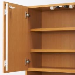 あこがれの書斎スペースを現実にする壁面収納 デスク上棚付き 両引き出し 上部の扉内部は便利な棚収納。可動棚板を3cm間隔3段階で自由に設定できます。