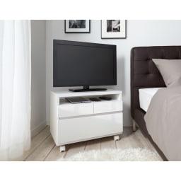 高さも角度も調整できるキャスター付きテレビ台 幅75cm ベッドサイドでの使用イメージ(ア)ホワイト≪高さ45cm設置時≫ ※写真は幅60cmタイプです。設置テレビは26インチ