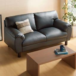 シンプルモダンソファ 3人掛け コーディネート例(イ)ブラック  すっきり映えるシンプルモダンなデザイン。どんなインテリアにもさっと溶け込む、気品漂うソファ。