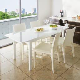 スマート伸長式ダイニング お得な5点セット(伸長式テーブル+チェア2脚組×2) 集いの席が華やぐ、つややかな伸長式テーブル!