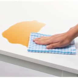 スマート伸長式ダイニング お得な5点セット(伸長式テーブル+チェア2脚組×2) (テーブル)天板は光沢が美しいポリエステル化粧合板。汚れても簡単に拭き取れます。