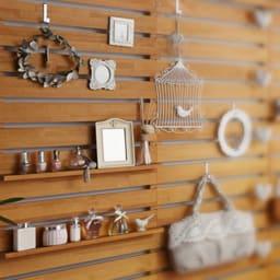 パイン天然木突っ張り式 デコレーション壁面ラック 幅45cm 棚に置いたり、フックに吊るしたり、ピンを刺したり、ディスプレイ方法は自由自在です。
