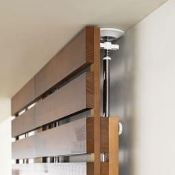 パイン天然木突っ張り式 デコレーション壁面ラック 幅45cm 目立たない突っ張り棒 本体上部の前板は10cm単位(230・240・250・260cmの4段階)、突っ張り棒は230~260cmの範囲内で無段階に調節が可能です、金具が見えるのは10cm未満と目立ちません。